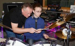 a NEWS 2017 Schlagzeugunterricht Muenster Schlagzeug lernen Muenster 4aozza 300x183 - Kinder ans Schlagzeug